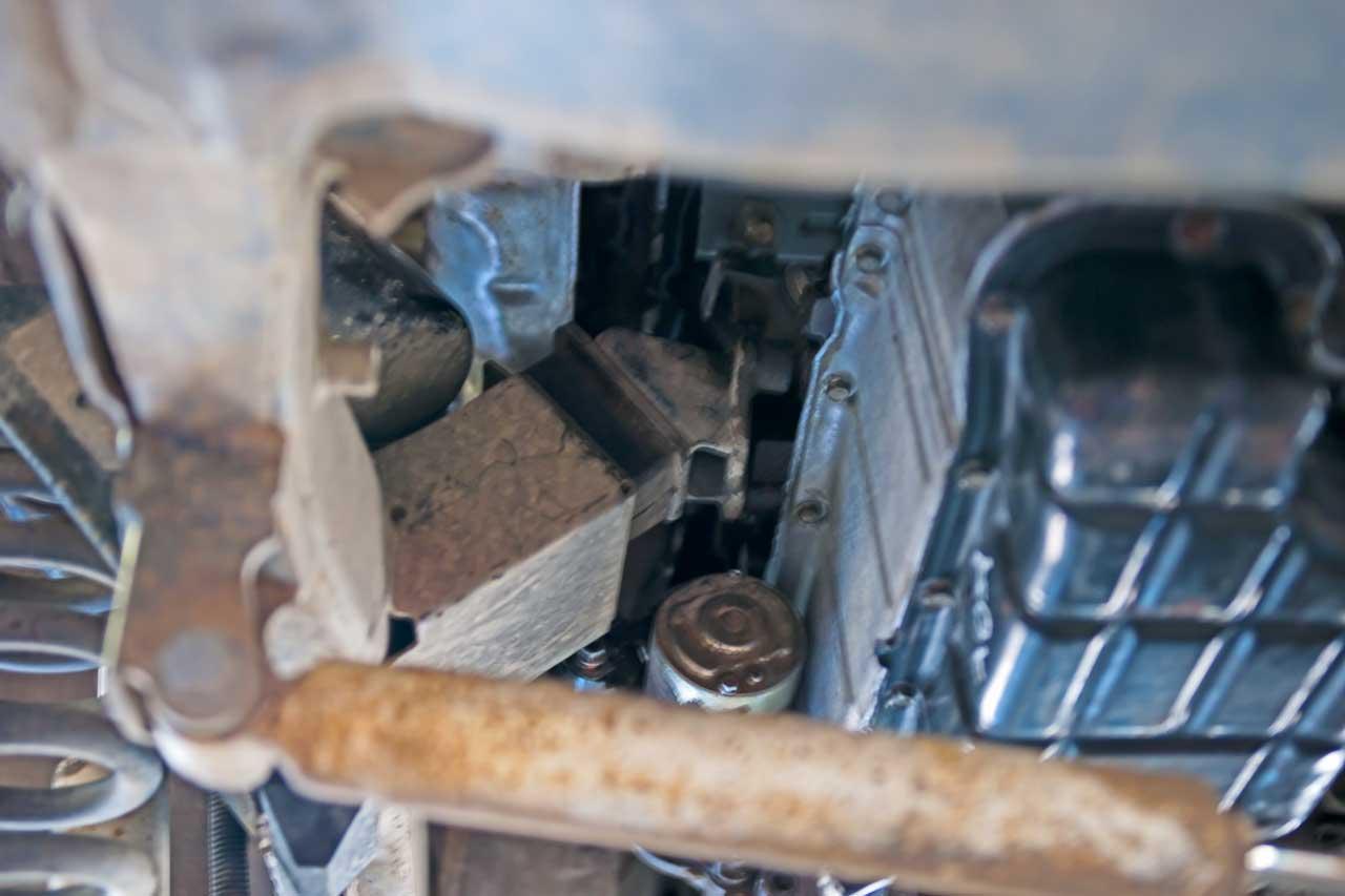 mitsubishi 3.0L starter motor mount